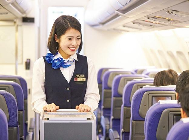 機内でのサービスの実習をする学生