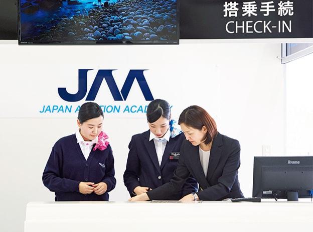 空港受付の実習をする学生