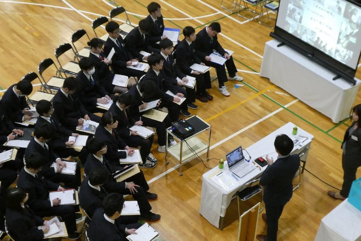校内で企業説明会を実施
