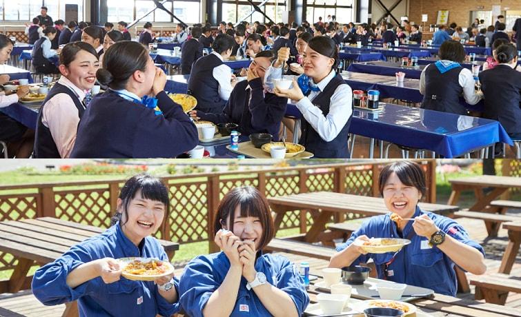 食堂で食事をする学生