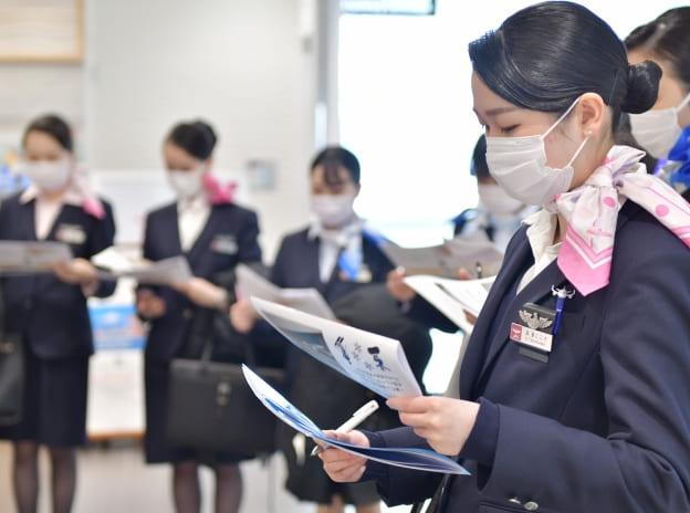 ダンスの教員とポーズを決める学生たち