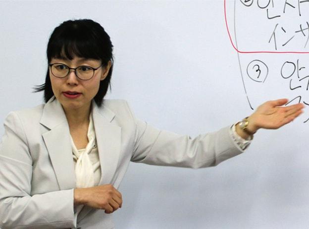 韓国語を教えているネイティブ教員